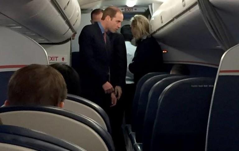 Принц Уилям на борда на пътнически самолет през 2014 г.