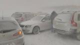"""Стотици остават блокирани в снежния ад на АМ """"Тракия"""""""