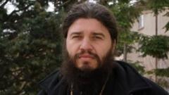 Свещеник дарява детските на социалния министър
