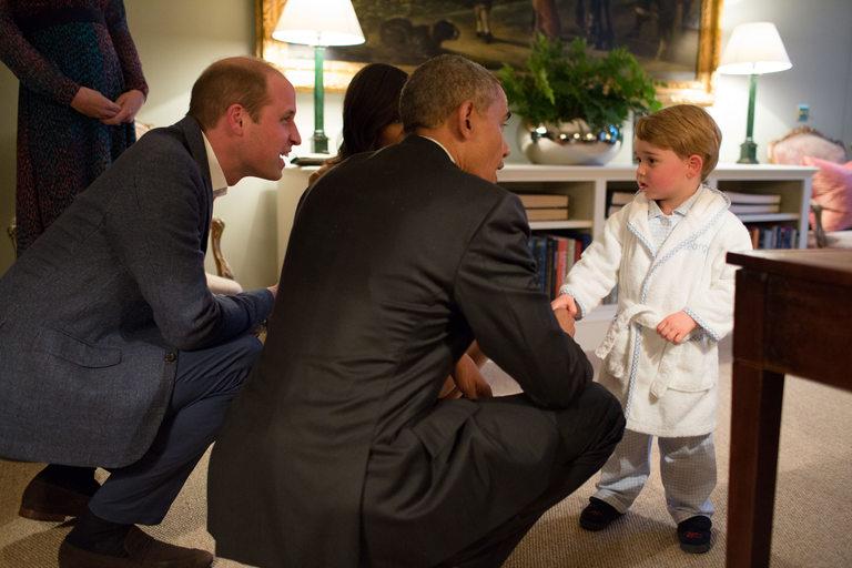 Дори Барак Обама коленичи пред принц Джордж преди години