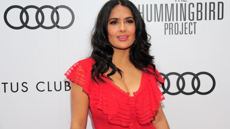 Колко секси е Салма Хайек на 53 години
