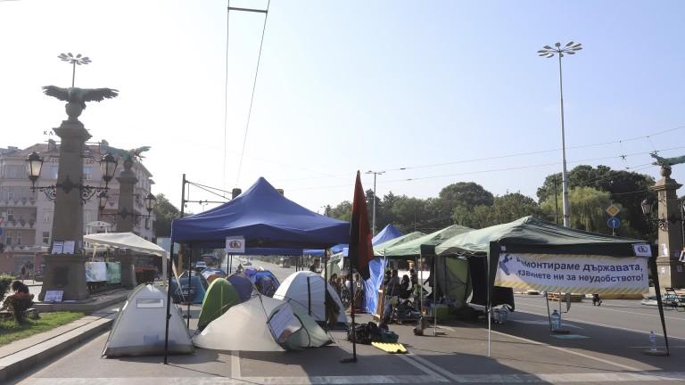 Силният вятър счупи някои от палатките на протестиращите на кръстовището