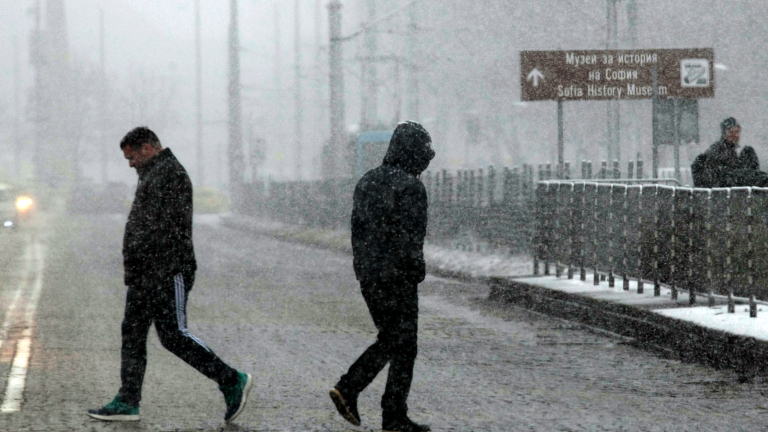 Първият сняг падна в София