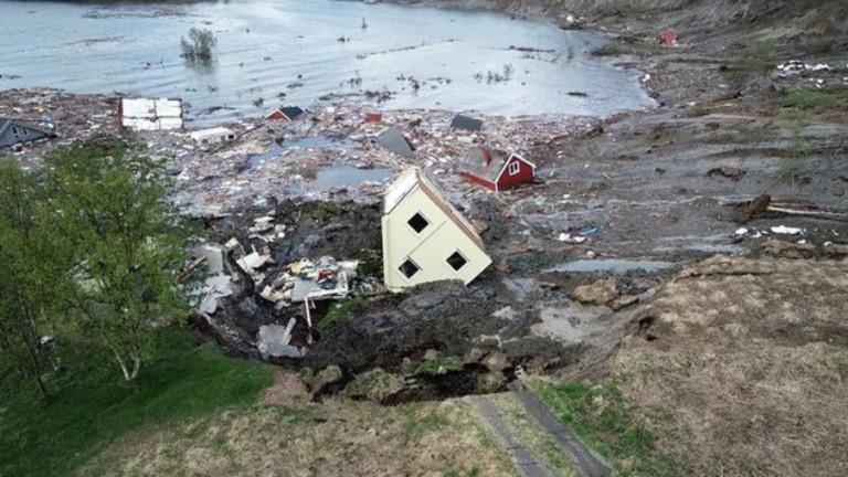 Мощно свлачище завлече 8 къщи в морето в Норвегия