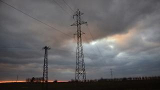 Замръзнал далекопровод остави на тъмно и студено три села в Русенско