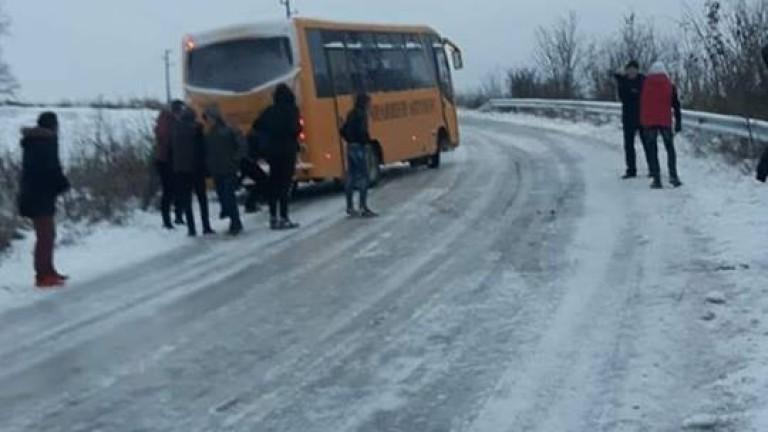 Ученици бутат автобуса си в Силистренско