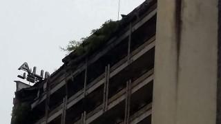 """Падна част от покрива на смолянския хотел """"Соколица"""""""