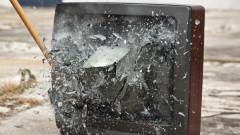 В знак на протест срещу карантината: Мъж строши телевизор на пазара в Ямбол