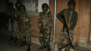 Евакуират хората около щаба на превратаджиите в Мадагаскар