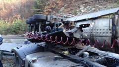 Цистерна с лепило се обърна на пътя Велико Търново - Русе