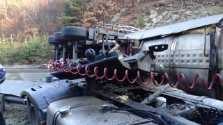 Цистерна се обърна и разля гориво на пътя Русе-Разград
