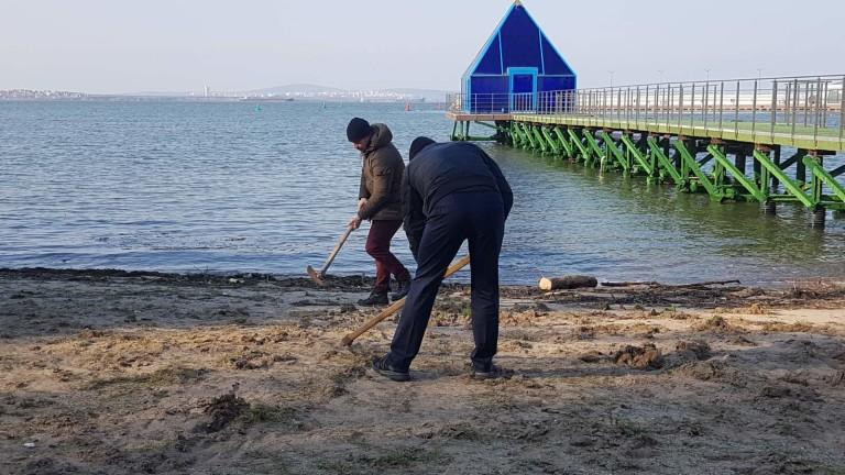 Акция по скубане на трева се проведе на плажа пред