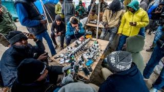 Защо за бежанците най-важният предмет е смартфонът?