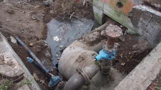 Кола пропадна в дупка след голяма ВиК авария в Пловдив