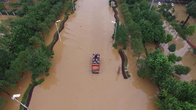 Десетки загинали и изчезнали при невиждани наводнения в Китай