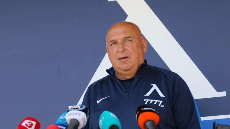 С група от 17 футболисти временният треньор на Левски Георги