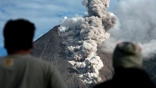 """Гореща пепел """"попари"""" Индонезия"""