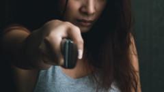 Разбесняла се жена опита да нападне полицай с нож