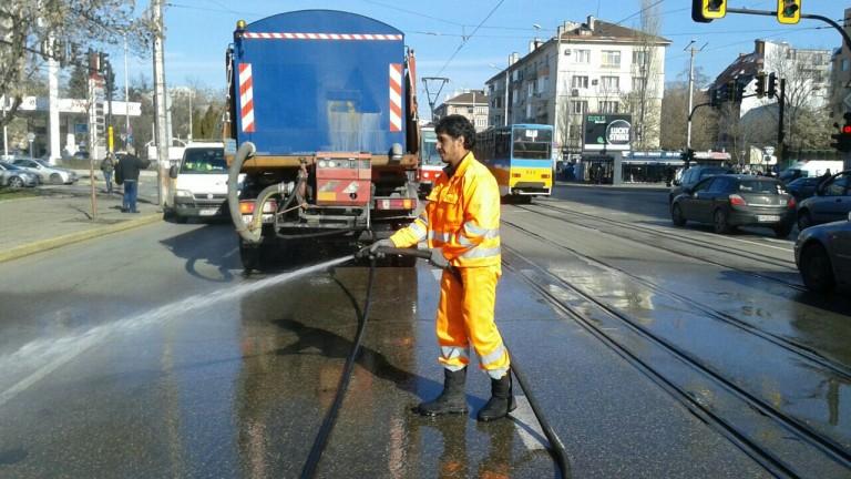 Продължава миенето на софийските улици