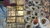 Криминалисти иззеха 26 торби с антични предмети от имот в Нови пазар