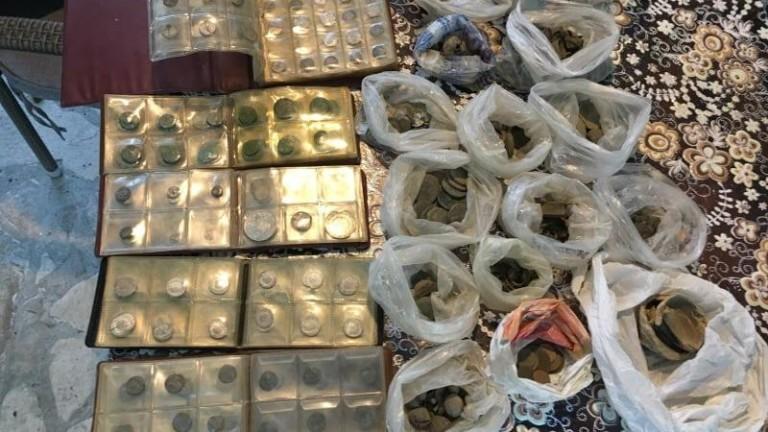 Класьори с монети, 26 торби с антични предмета и три