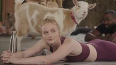 Какво прави Софи Търнър с коза на гърба си