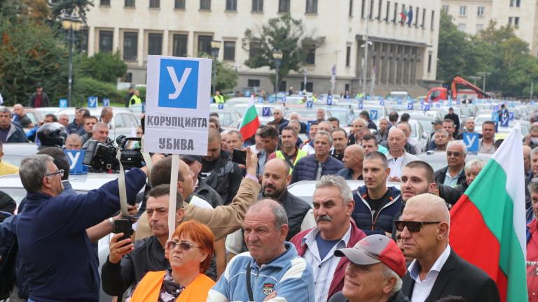 Автоинструктори блокират центъра на София по обяд