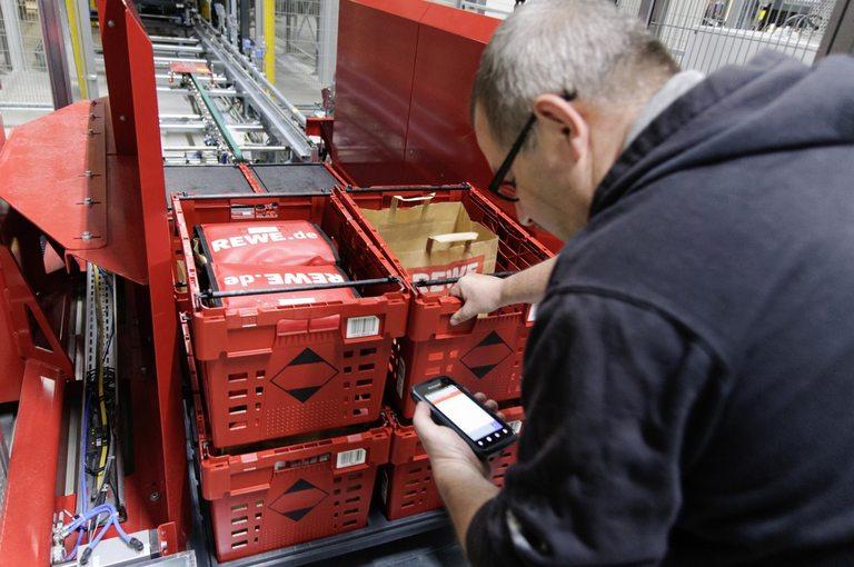 Служителите проверяват поръчките само преди да бъдат опаковани и натоварени в камионите