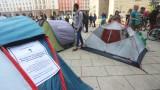 Протестиращи опънаха палатки пред МС в подкрепа на свободното къмпингуване