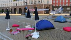 Палатките в центъра на София остават