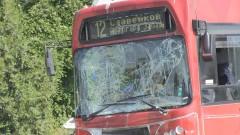 Автобус в Бургас помете 10 метра бордюр и 2 стълба