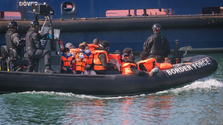 Рекорден брой мигранти прекосиха Ламанша от Франция за Великобритания