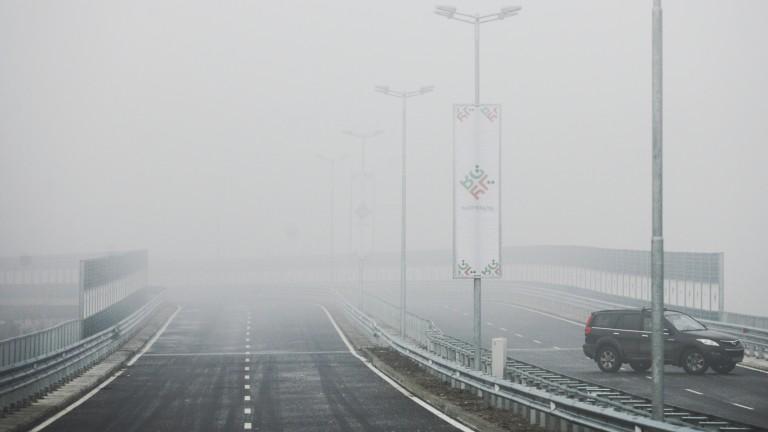 Пътните настилки са предимно мокри, на местата със снеговалеж -