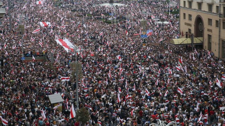 Многотысячный митинг в Минске, Лукашенко — с автоматом и бронежилетом