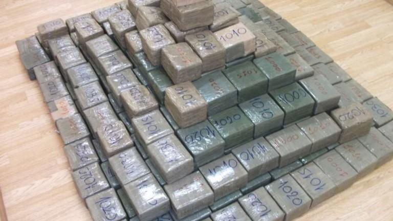 Гръцката полиция конфискува 1,2 тона кокаин. Наркотикът е внесен в