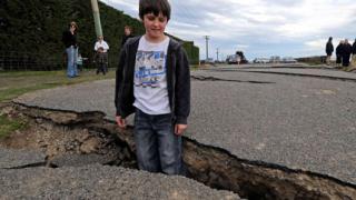 3,5-метрова цепнатина в земята отвори трусът в Нова Зеландия