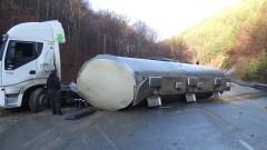 Цистерна с вода се обърна на пътя за Банско