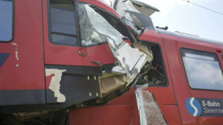 Два пътнически влака се сблъскаха челно в Австрия, има жертва и ранени