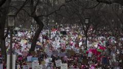 """Клинтън подкрепи """"марша на жените"""" във Вашингтон"""