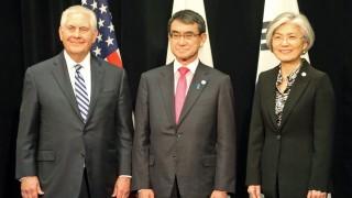 """Япония предупреди света срещу """"очарователната офанзива"""" на Северна Корея"""