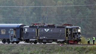 Пътнически влак в Швеция дерайлира след като се удари в бронирана машина