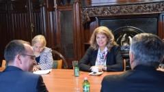 Йотова отчита голям интерес към учители по български език в Унгария