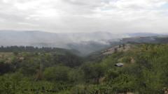 Пет пожарни гасят сухи треви край село Изворище