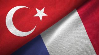 Анкара: Франция играе опасна игра в Либия, а не ние