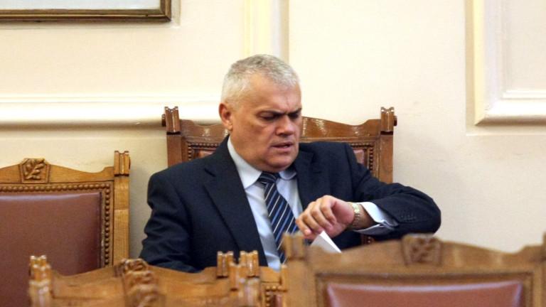 Министър Радев проверява оградата по границата