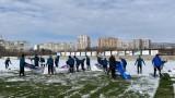 Футболисти и треньори в Черно море ринаха сняг
