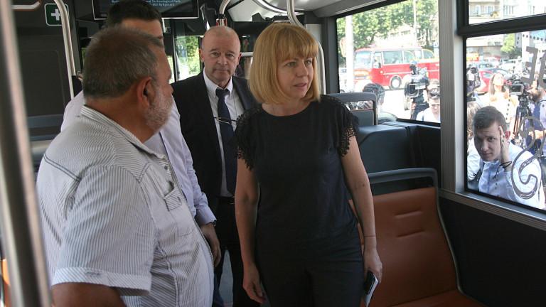 Кметът на София Йорданка Фандъкова разгледа автобус тип хибрид. Превозното