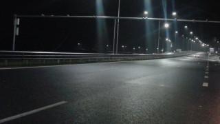 На места пътищата са заснежени и заледени