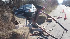Катастрофа на две коли и каруца прати човек в болница
