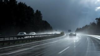 Шофиране при силен дъжд: Как се реагира на аквапланинг?